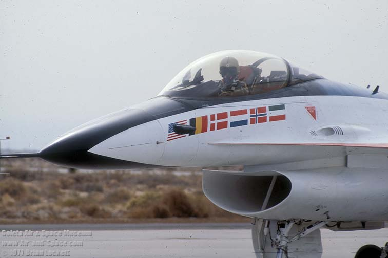 18%20YF-16A%2075-0745%20left%20front%20cockpit%20taxiing%20l.jpg