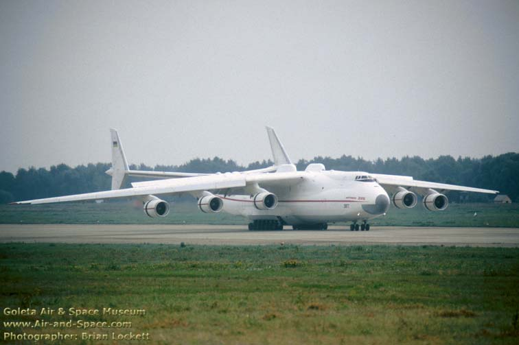 http://www.air-and-space.com/19930905%20Zhukovsky/934080%20An-225%20right%20front%20landing%20l.jpg