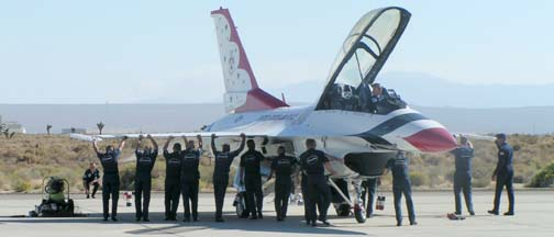 PICT0046 F-16D Thunderbirds ground crew right front m.jpg (504×216)