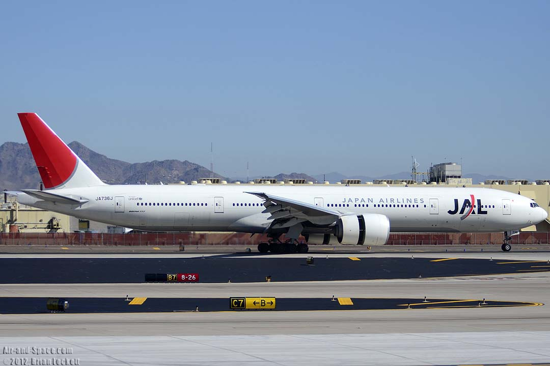 Air-and-Space.com: Air Traffic at Phoenix Sky Harbor, March 22 and 30, 2012